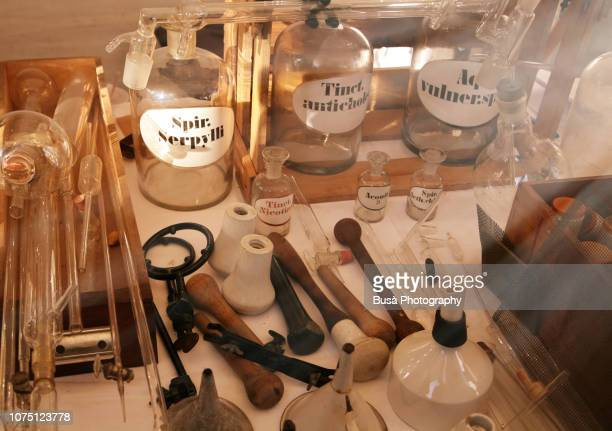 old-fashioned chemical equipment - alchimie photos et images de collection