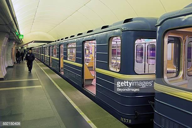 old-style metro train in st petersburg underground station - sint petersburg rusland stockfoto's en -beelden
