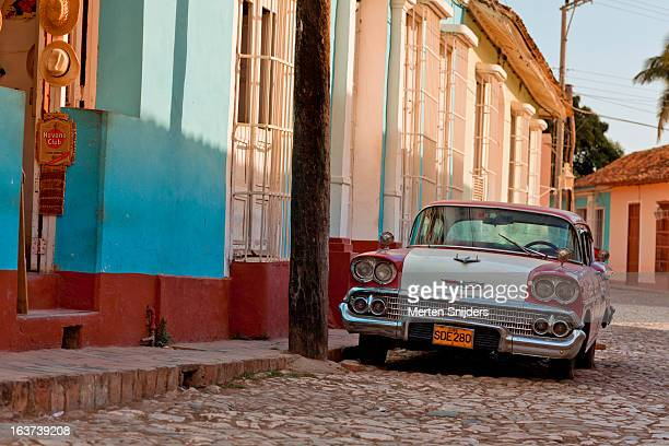 oldtimer car outside souvenir shop - merten snijders stock pictures, royalty-free photos & images