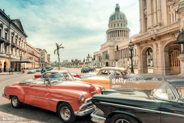 oldtimer taxi cars parking in front of capitol in havanna - cuba foto e immagini stock