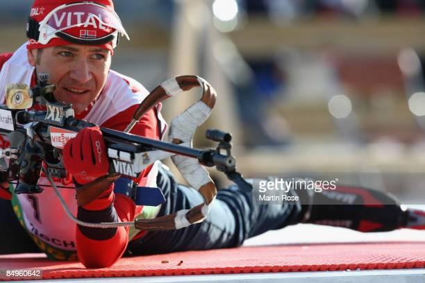 Ole Einar Bjoerndalen of Norway prepairs to shoot prior the Men's 15 km mass start of the IBU Biathlon World Championships on February 21, 2009 in...