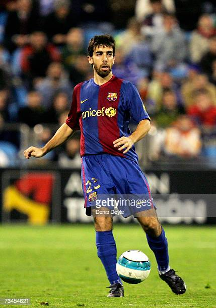 Oleguer Presas of Barcelona controls the ball during the Kings Cup quarter-final 2nd leg match between Real Zaragoza and Barcelona, at the Romareda...