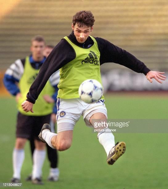 Olexander Kiriukhin vom ukrainischen Fußballverein Dynamo Kiew nimmt am während des Abschlußtrainings im Münchner Olympiastadion den Ball im Sprung...