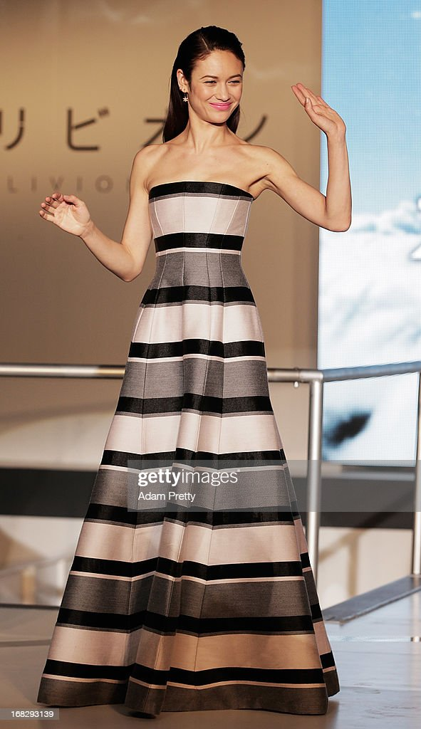 Olga Kurylenko waves to fans during the 'Oblivion' Japan Premiere at Roppongi Hills on May 8, 2013 in Tokyo, Japan. The film will open on May 31 in Japan.
