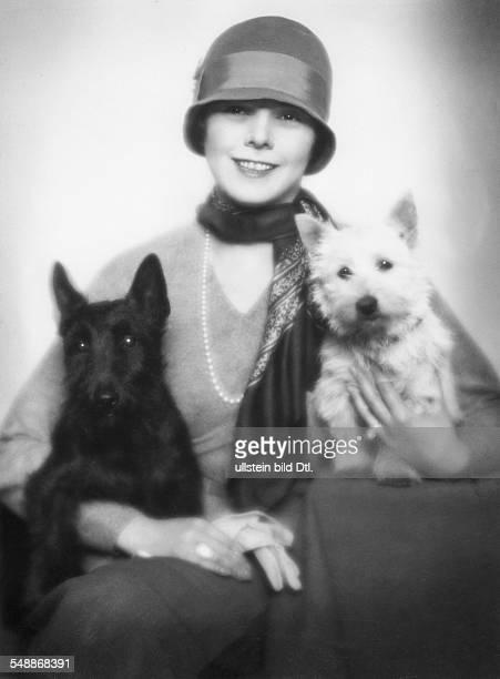 Olga von Landauer with her two Scottish Terriers 1926 Photographer Edith Barakovich Published by 'Die Dame' 23/1926 Vintage property of ullstein bild