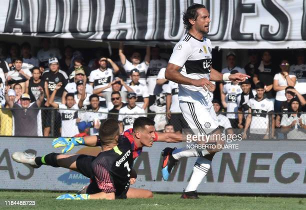 Olimpia's Roque Santa Cruz celebrates after scoring against Cerro Porteno during the Paraguayan Clausura football tournament derby at the Manuel...