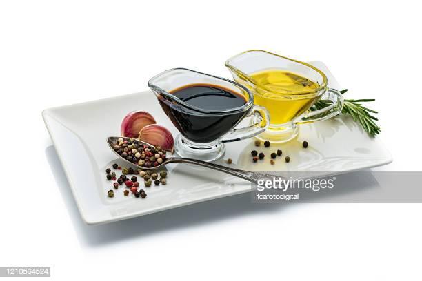 azeite de oliva e vinagre balsâmico isolados em fundo branco reflexivo - condimento temperos - fotografias e filmes do acervo