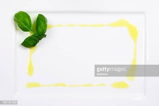 Olivenöl Frame auf weißem Teller mit Basilikum