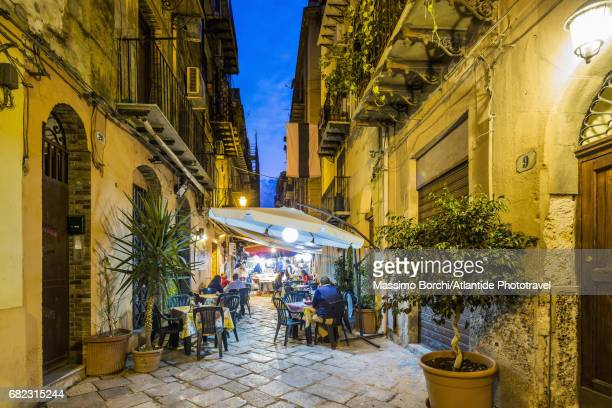 olivella district, restaurants in via orologio - シチリア パレルモ市 ストックフォトと画像