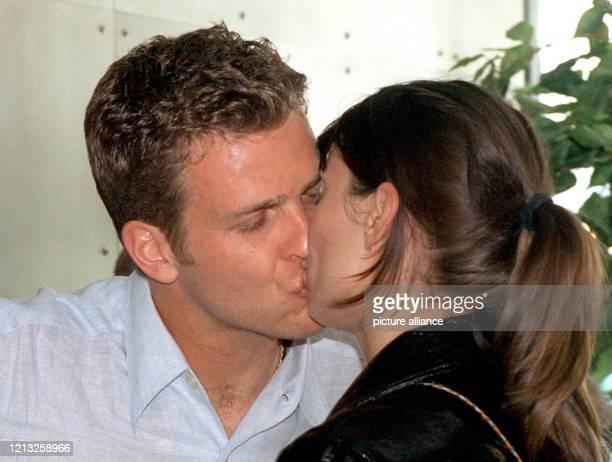 Oliver Bierhoff küßt seine Freundin das Model Klara Szalantzy nachdem beide am 571998 auf dem Flughafen in Frankfurt gelandet sind Nach dem...