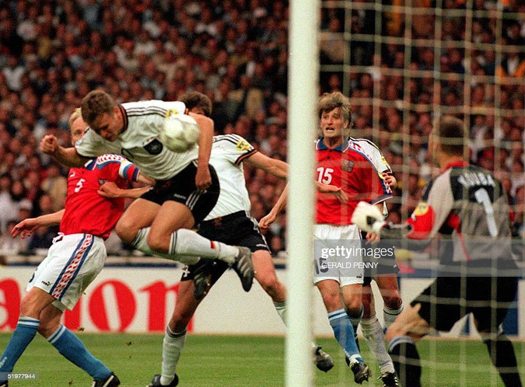 Oliver Bierhoff (2ndL) scores the first goal for h : News Photo