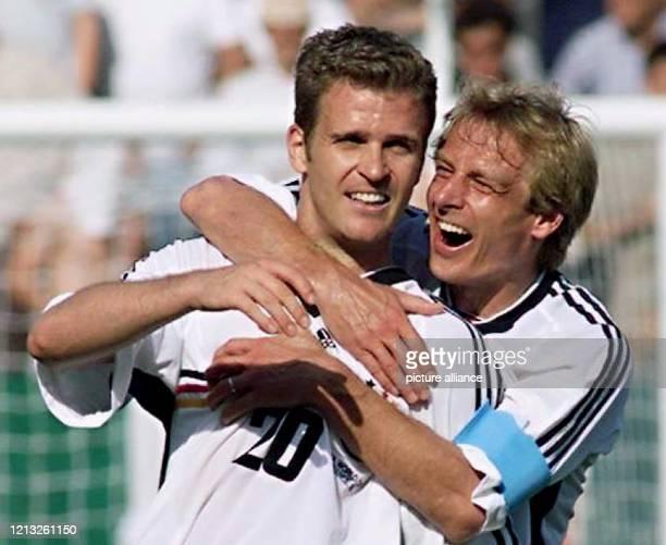 Oliver Bierhoff und Jürgen Klinsmann umarmen sich nach dem Schlußpfiff und freuen sich gemeinsam über den Sieg des deutschen Teams Die Stürmerstars...