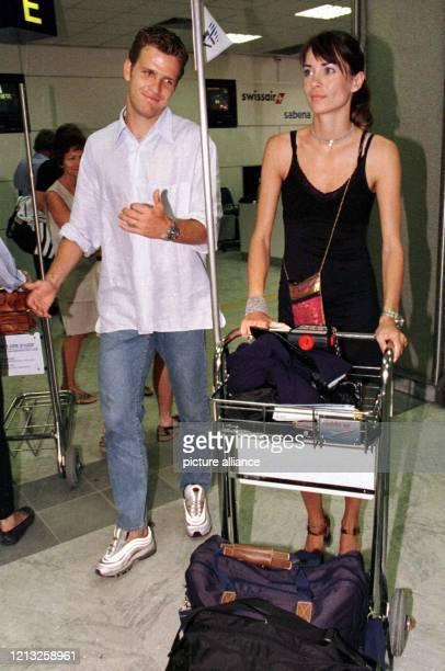 Oliver Bierhoff und seine Freundin das Model Klara Szalantzy schieben am 571998 auf dem Flughafen von Nizza ihr Gepäck zum Flugsteig Nach dem...