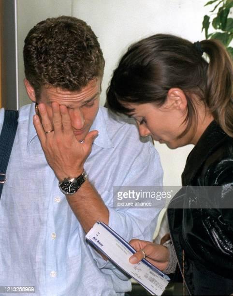 Oliver Bierhoff wartet am 571998 mit seiner Freundin Klara Szalantzy am Frankfurter Flughafen auf seinen Weiterflug nach München Nach dem Ausscheiden...