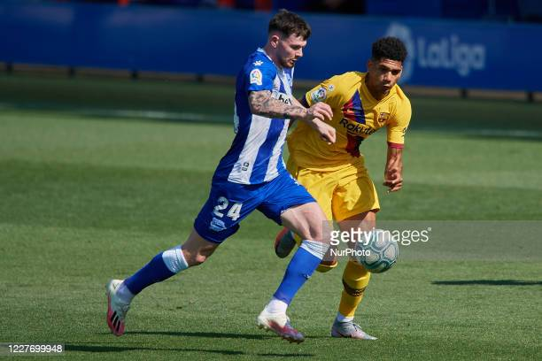 Oliver Burke of Alaves and Ronald Araujo of Barcelona compete for the ball during the Liga match between Deportivo Alaves and FC Barcelona at Estadio...
