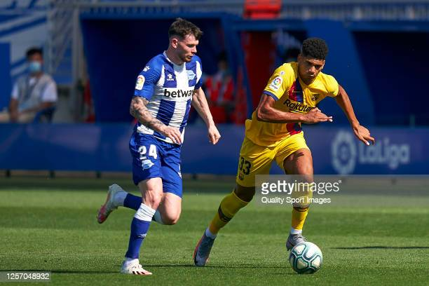 Oliver Burke of Deportivo Alaves competes for the ball with Ronald Araujo of FC Barcelona during the Liga match between Deportivo Alaves and FC...