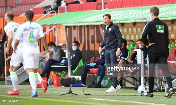 Oliver Glasner, Manager of VfL Wolfsburg gives his team instructions during the Bundesliga match between FC Augsburg and VfL Wolfsburg at WWK-Arena...