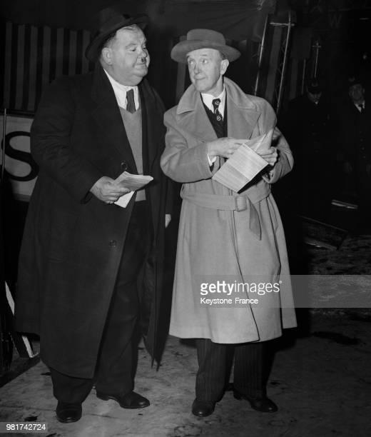 Oliver Hardy et Stan Laurel débarquent du paquebot 'Queen Elizabeth' à Southampton en Angleterre au RoyaumeUni le 12 février 1947