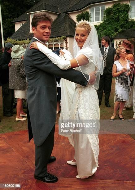 Oliver Hörner Karina Kraushaar Dreharbeiten zu ZDFPilcherFilm Blumen im Regen Cornwall England Hochzeit Brautkleid Hochzeitskleid Braut Bräutigam...