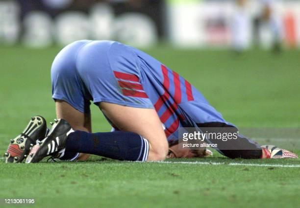 Oliver Kahn der Torwart vom FC Bayern München liegt am nach der Niederlage seiner Mannschaft im ChampionsLeagueFinale gegen Manchester United im Camp...