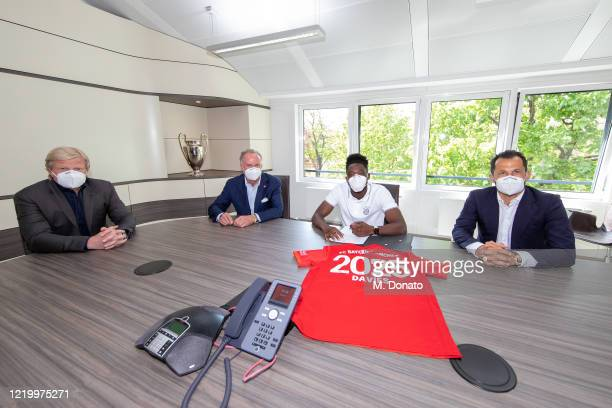 Oliver Kahn Executive Board Member of FC Bayern Muenchen KarlHeinz Rummenigge CEO of FC Bayern Muenchen Alphonso Davies of FC Bayern Muenchen and...