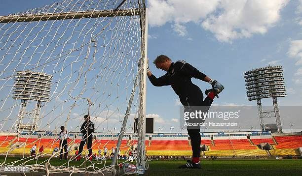 Oliver Kahn stretches during a Bayern Munich training session at the Petrovsky stadium on April 30, 2008 in St. Petersburg, Russia. The UEFA Cup semi...