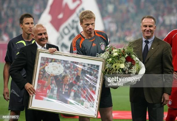 Oliver Kahn Torhüter FC Bayern München D Auszeichnung für sein 500 Bundesligaspiel durch Werner Hackmann Vorsitzender des Aufsichtsrates der DFL...