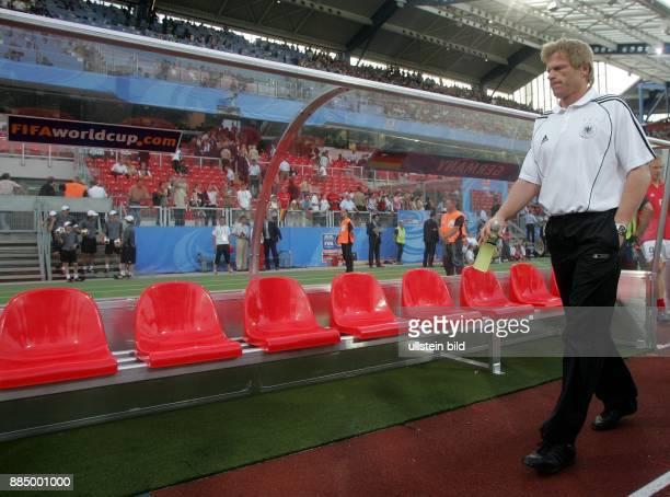 Oliver Kahn Torhüter Nationalmannschaft D läuft an der Ersatzbank vorbei