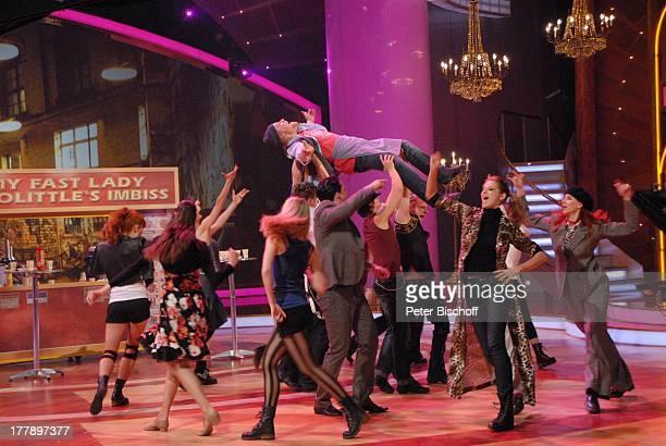 Oliver Morschel auf Händen von Tänzern von 'Deutsches Fernsehballett des MDR' aus Musical 'My Fair Lady' ARD/ORFMusikshow 15 Preisverleihung 'Krone...