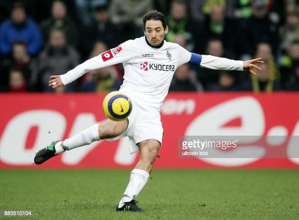 Oliver Neuville Stuermer Mannschaftskapitaen Borussia Moenchengladbach D schiesst den Ball volley