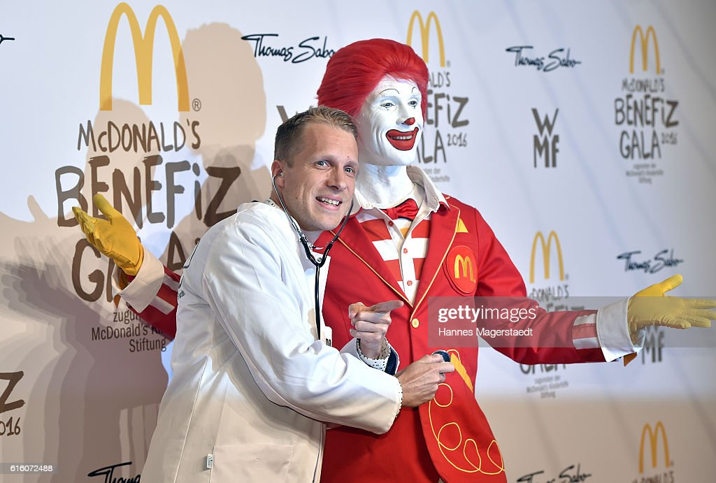 Oliver Pocher and Ronald McDonald during the McDonald's charity gala at Hotel Bayerischer Hof on October 21, 2016 in Munich, Germany.