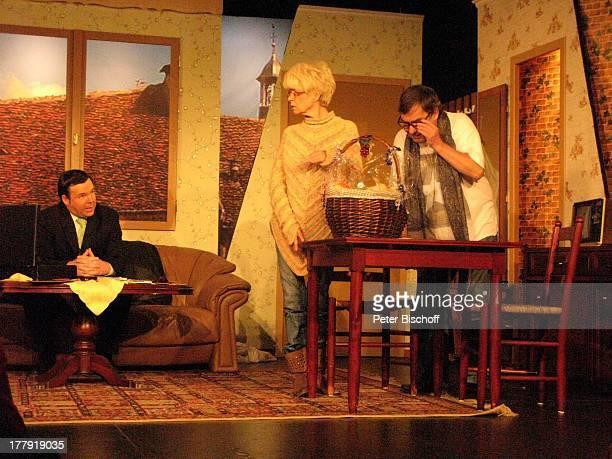 Oliver Pulch Ingrid Steeger Michael Oenicke Premiere Theaterstück 'Jackpot' 'Theaterschiff' Bremen Deutschland Europa Auftritt Bühne Geschenkekorb...