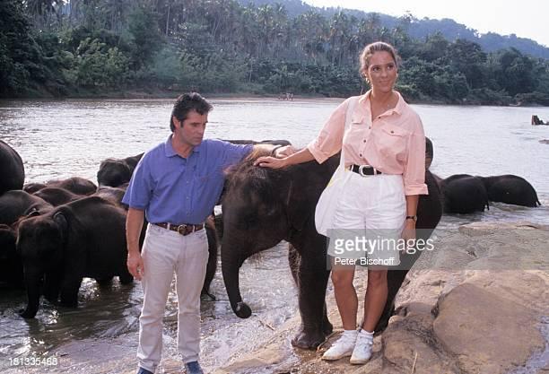 Oliver Tobias Carin C Tietze PRO 7 Serie Glückliche Reise Folge 5 Sri Lanka Pinnawala Sri Lanka Asien ElefantenCamp Urwald Fluss Tasche Schauspieler...