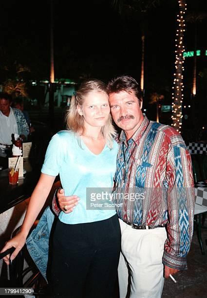 """Oliver Tobias, Freundin Arabella Zamoyska,;75. Geburtstag von Günter Pfitzmann,;Restaurant """"La Tratto"""", Merida/Mexico , am Rande der Dreharbeiten zur..."""
