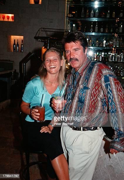 """Oliver Tobias, Freundin Arabella Zamoyska,;75. Geburtstag von Günter Pfitzmann,;Restaurant """"La Tratto"""", Merida/Mexico,;Cocktail , am Rande der..."""