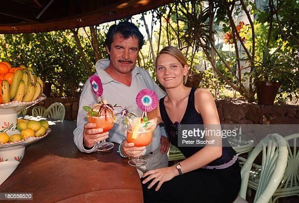 """Oliver Tobias, Lebensgefährtin Arabella;Zamoyska, am Rande der Dreharbeiten zu;""""Der Bestseller"""", TV-Film, Poolbar;des""""Palm Beach""""-Hotels,..."""