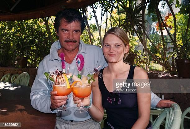 """Oliver Tobias, Lebensgefährtin Arabella;Zamoyska, am Rande der Dreharbeiten zu;""""Der Bestseller"""", TV-Film, """"Palm;Beach""""-Hotel,..."""