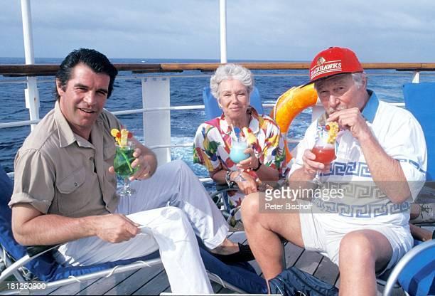 Oliver Tobias Maria Sebaldt Ehemann Robert Freitag neben den Dreharbeiten zur ZDFReihe Traumschiff Folge 23 Hongkong MS Berlin Kreuzfahrtschiff...
