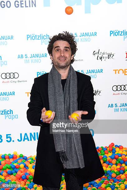 Oliver Wnuk juggles with plastic balls during the German premiere of the film 'Ploetzlich Papa' at Zoo Palast on December 12 2016 in Berlin Germany