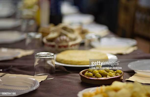 "olives & spanish ""tortilla de patatas"" on a table - tortilla de patata fotografías e imágenes de stock"