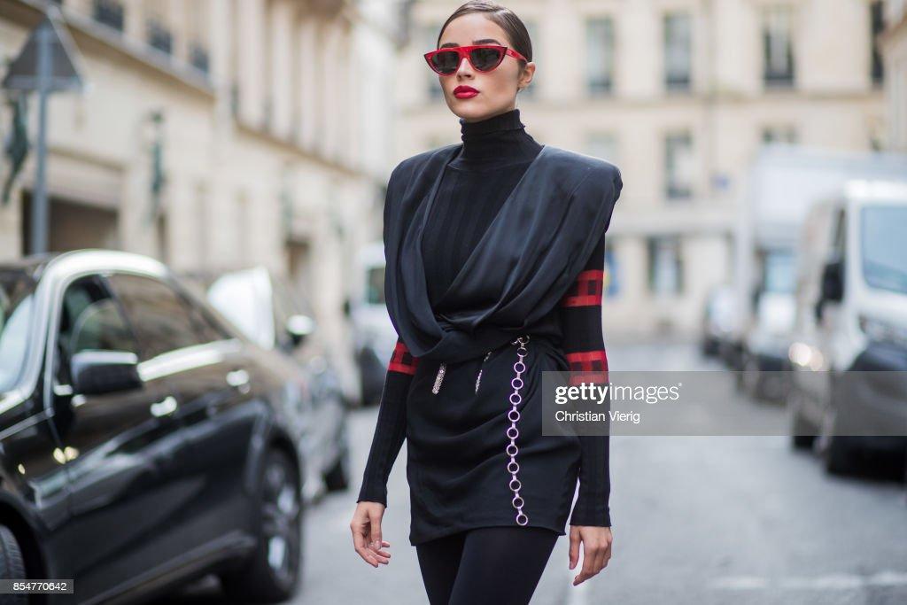 Street Style : Paris Fashion Week Womenswear Spring/Summer 2018 : Day Two : News Photo