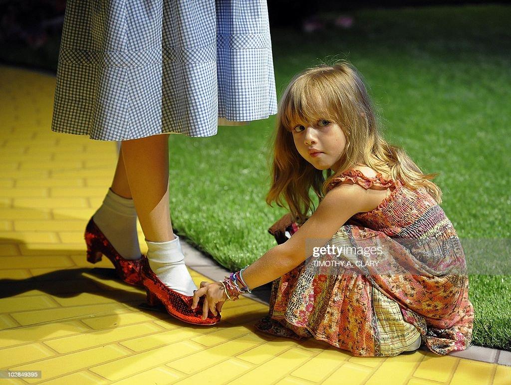 Olivia Fajnerman, age 4 from Uruguay tou : News Photo