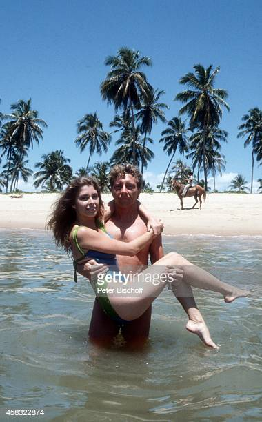 Olivia Pascal mit Freund Achim Lenz am Rande der Dreharbeiten zur ZDFReihe Traumschiff Folge 15 Brasilien am in Praia do Forte bei Salvador de Bahia...