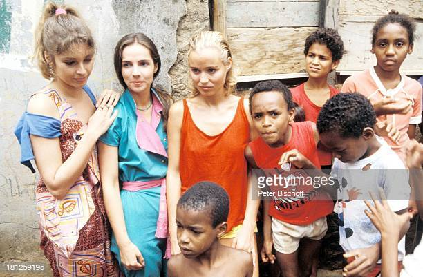 Olivia Pascal Regina Sattler Renate Langer einheimische Kinder neben den Dreharbeiten zur ZDFReihe Traumschiff Folge 15 Brasilien Episode 13 Rio de...