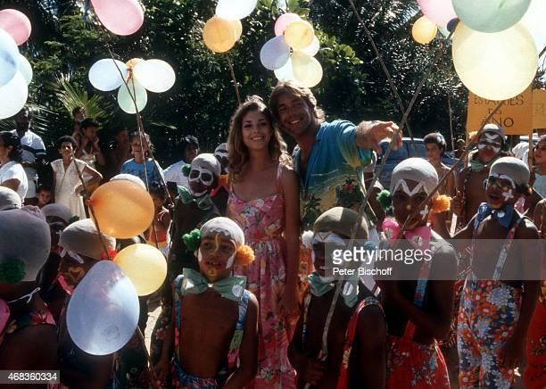 Olivia Pascal Sascha Hehn ZDFSerie Traumschiff Folge 15 Brasilien am beim KinderWeihnachtsKarneval in Praia do Forte Brasilien
