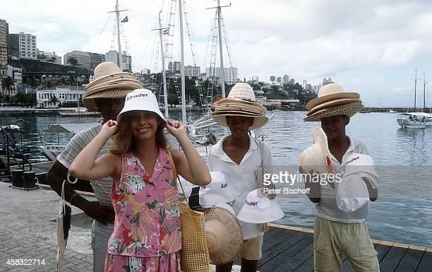 Olivia Pascal und Einheimische am Rande der Dreharbeiten zur ZDFReihe Traumschiff Folge 15 Brasilien am in Rio de Janeiro Brasilien