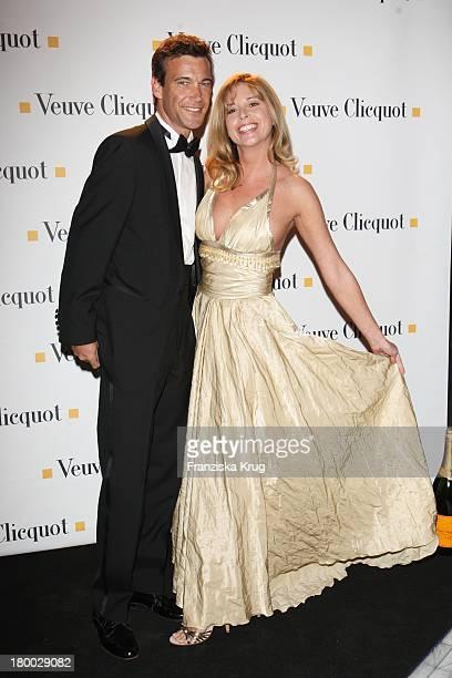 """Olivia Pascal Und Peter Kanitz Bei Der """"Starlight Yellow"""" Premiere Von Veuve Clicquot In Der Clicquot City In München ."""
