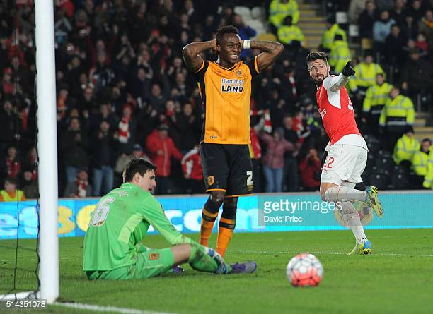 Olivier Giroud celebrates his and Arsenal's 2nd goal as Moses Odubajo and Eldin Jakupovic of Hull look on during the match between Hull City and...