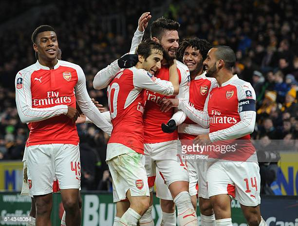 Olivier Giroud celebrates scoring a goal for Arsenal with Alex Iwobi Calum Chambers Mathieu Flamini Theo Walcott and Mohamed Elneny during the match...