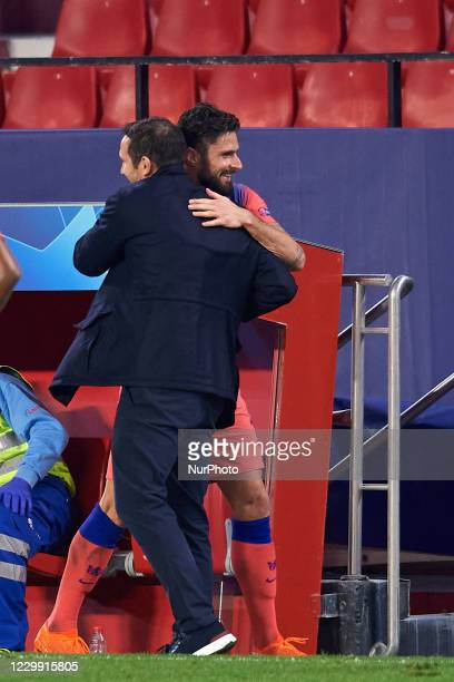 Olivier Giroud celebrates with Frank Lampard head coach of Chelsea after scoring his sides fourth goal during the UEFA Champions League Group E stage...